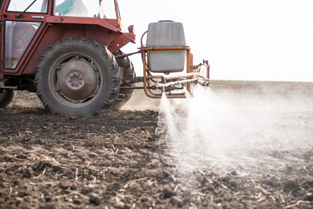 Oprysk pola herbicydem